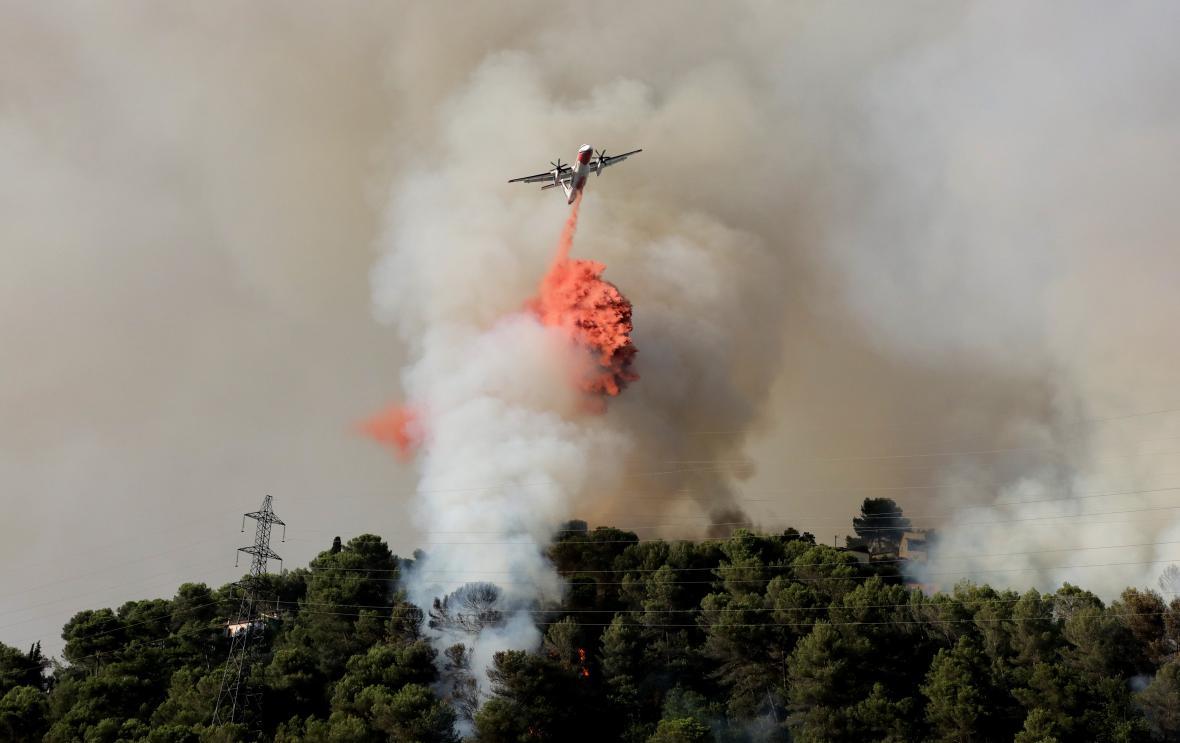 S ohněm bojují hasiči i u Nice