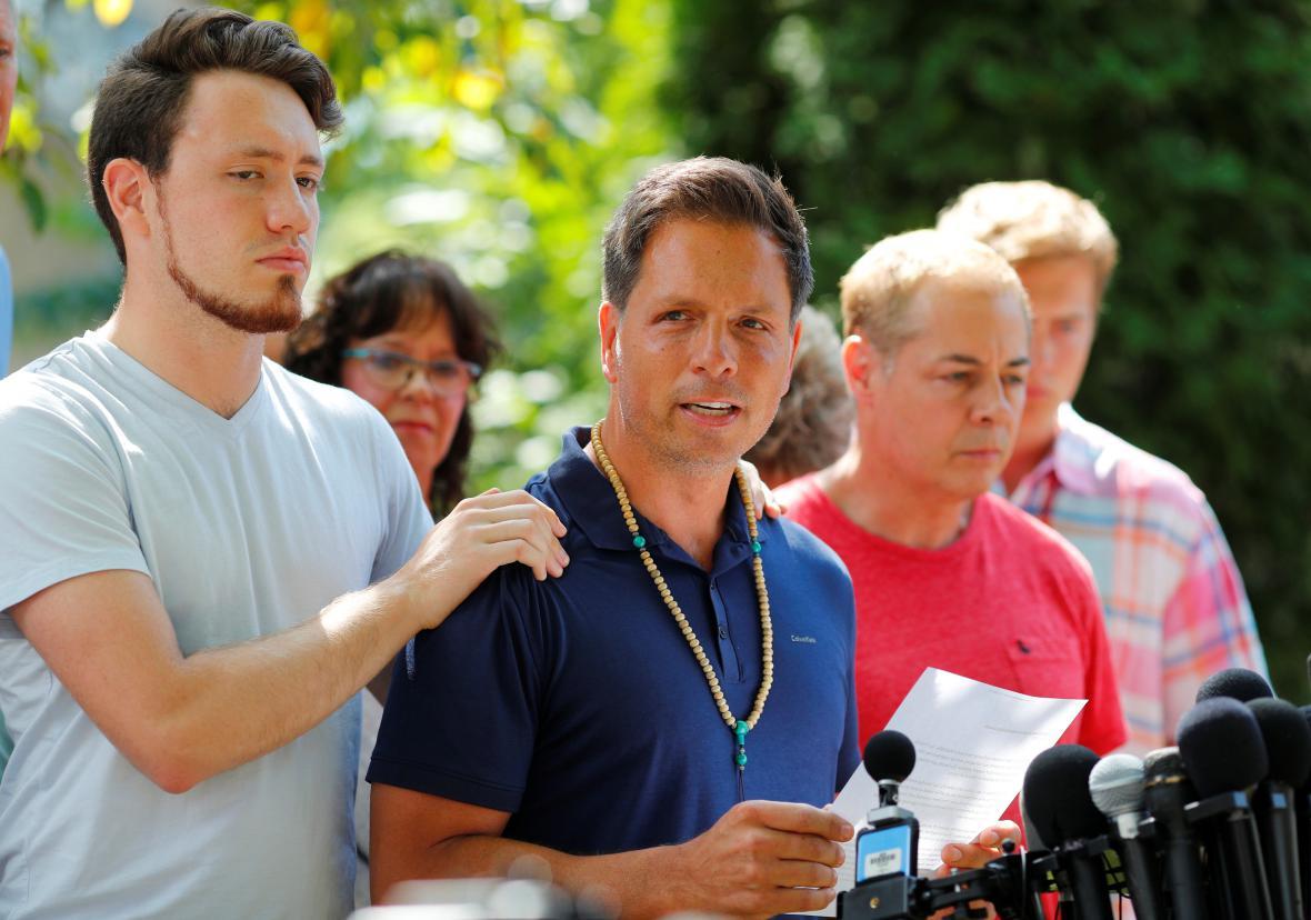 Přítel zastřelené Australanky Don Damond mluví před médii