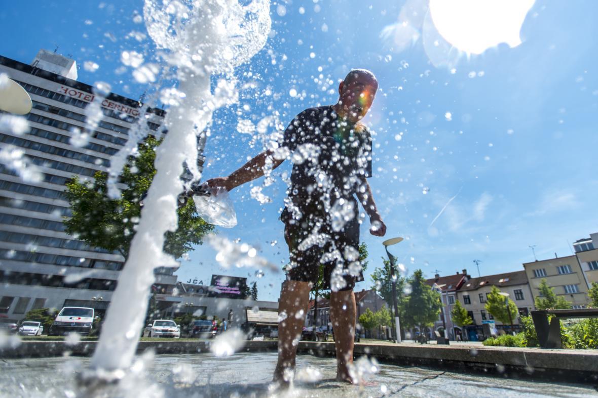 Lidé využívají k osvěžení v Hradci Králové i městské fontány