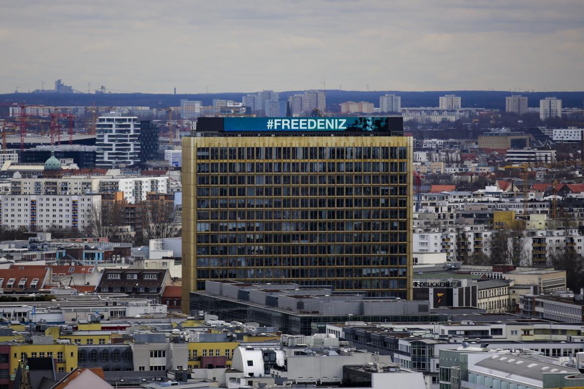 Slogan žádající propuštění Denize Yücela na berlínském sídle vydavatelství Axel Springer