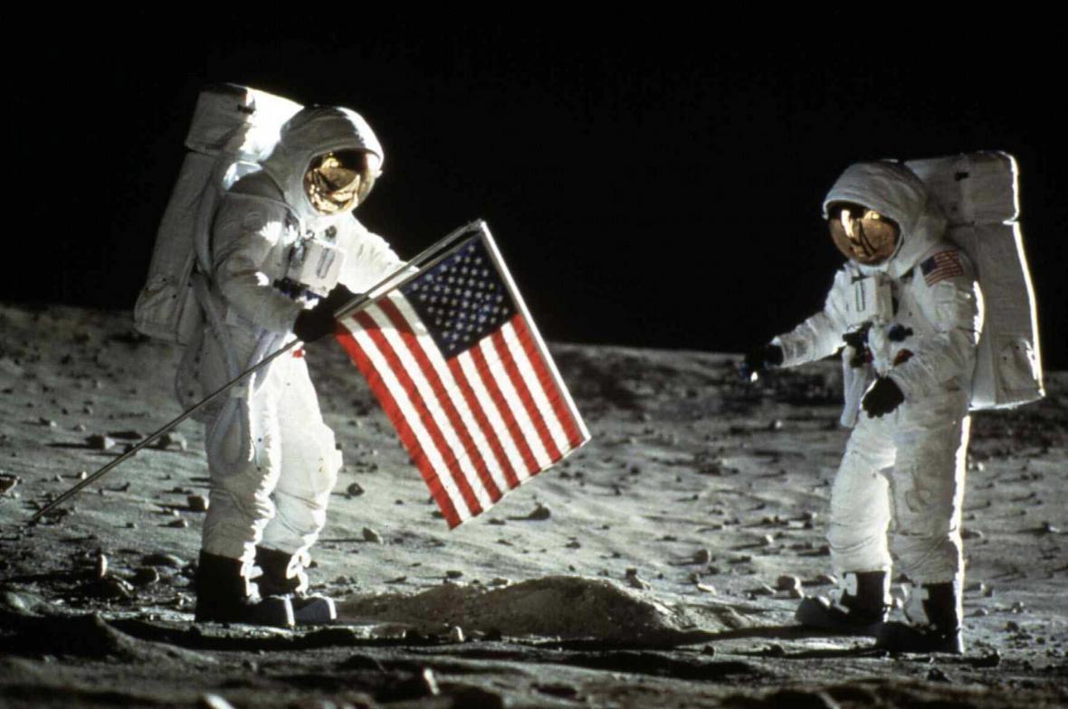 Neil Armstrong a Buzz Aldrin po přistání na Měsíci