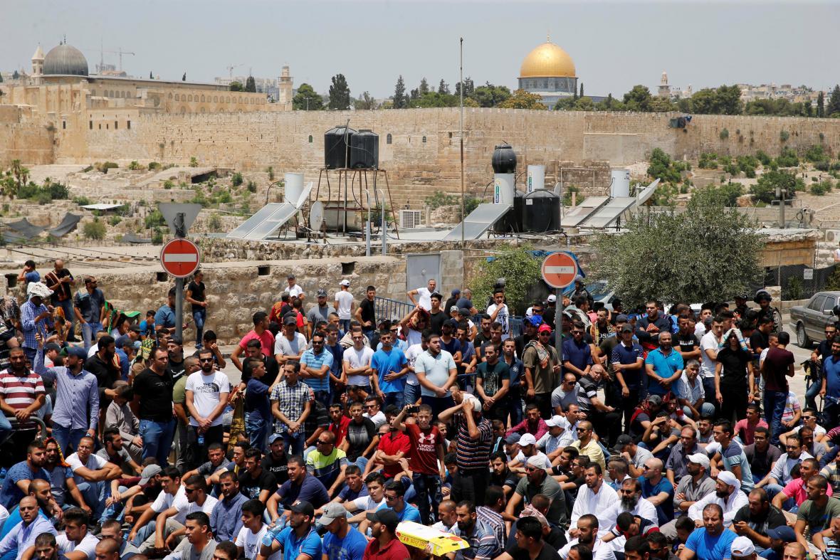 Palestinci před pátečními modlitbami v Jeruzalémě