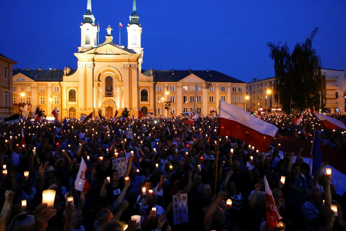 Pochod světel před budovou nejvyššího soudu ve Varšavě