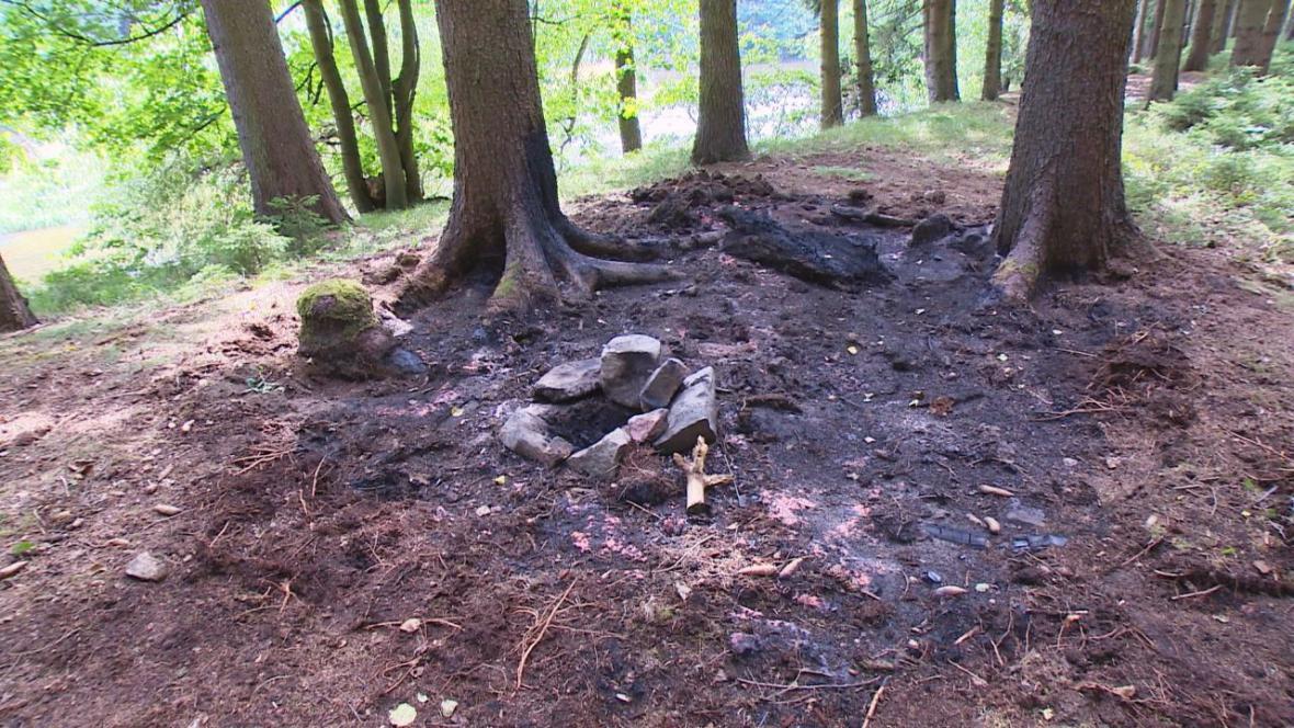 Rozšíření plamenů do okolí nezabránily ani kameny kolem ohniště