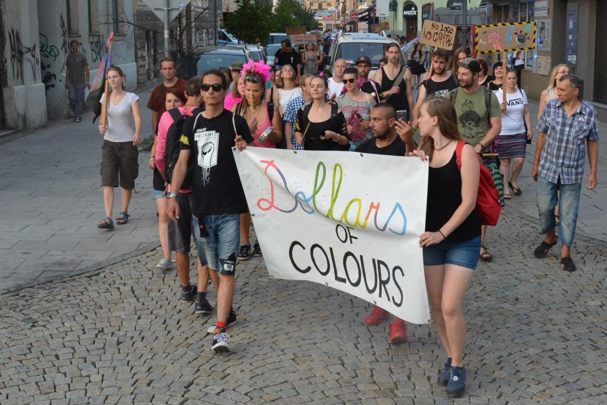 Průvod Dollars of Colours v centru Ostravy. Aktivisté upozorňují na financování největšího hudebního festivalu v Česku