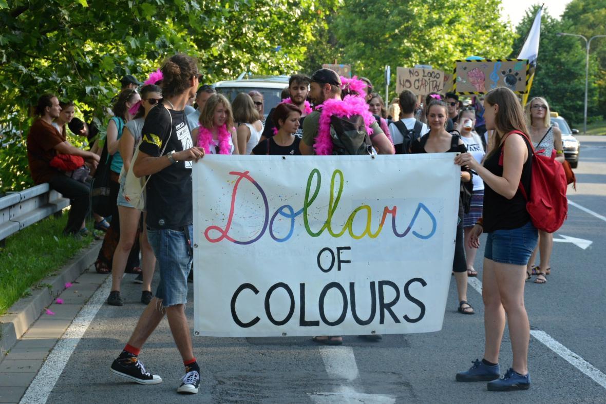 Průvod Dollars of Colours. Aktivisté upozorňují na financování Colours of Ostrava