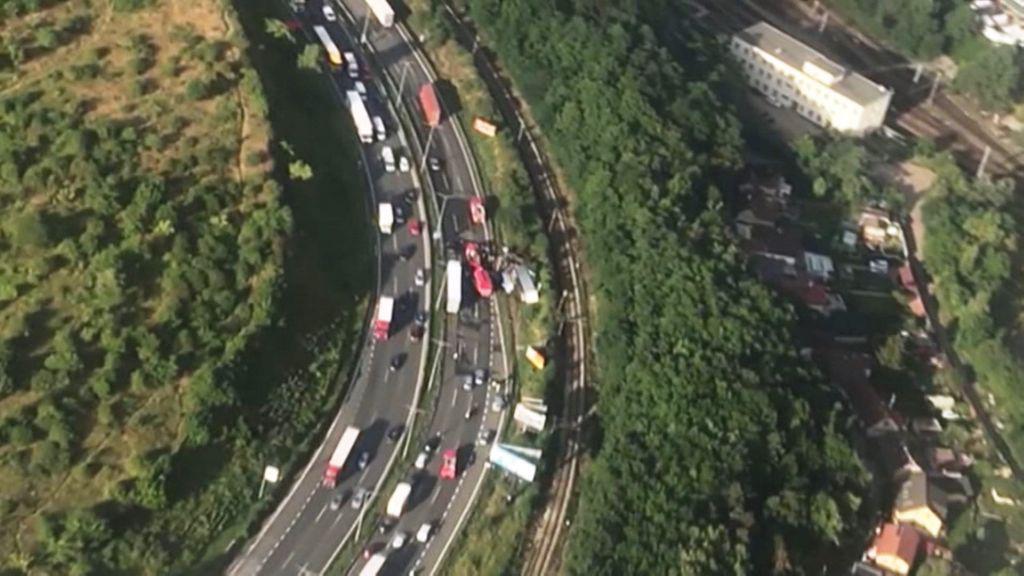Převrácený kamion komplikuje dopravu na Jižní spojce
