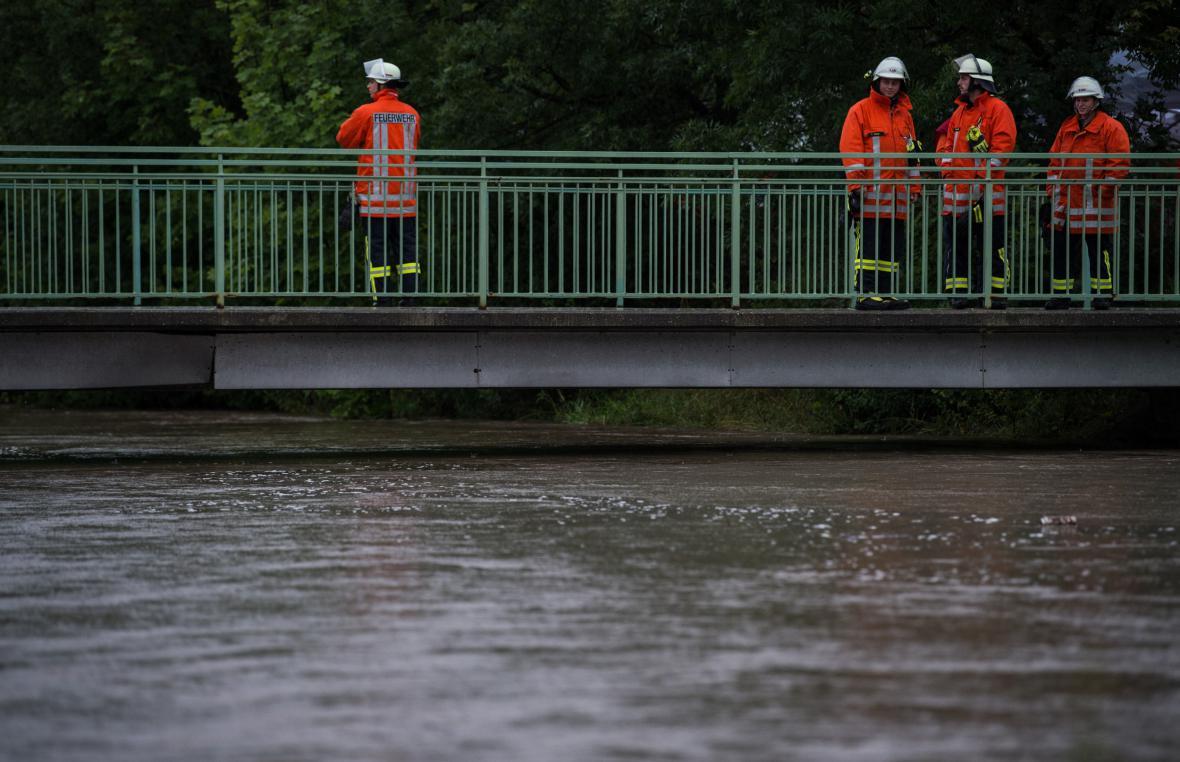 Hasiči v Hildesheimu kontrolují stoupající hladinu řeky Innerste