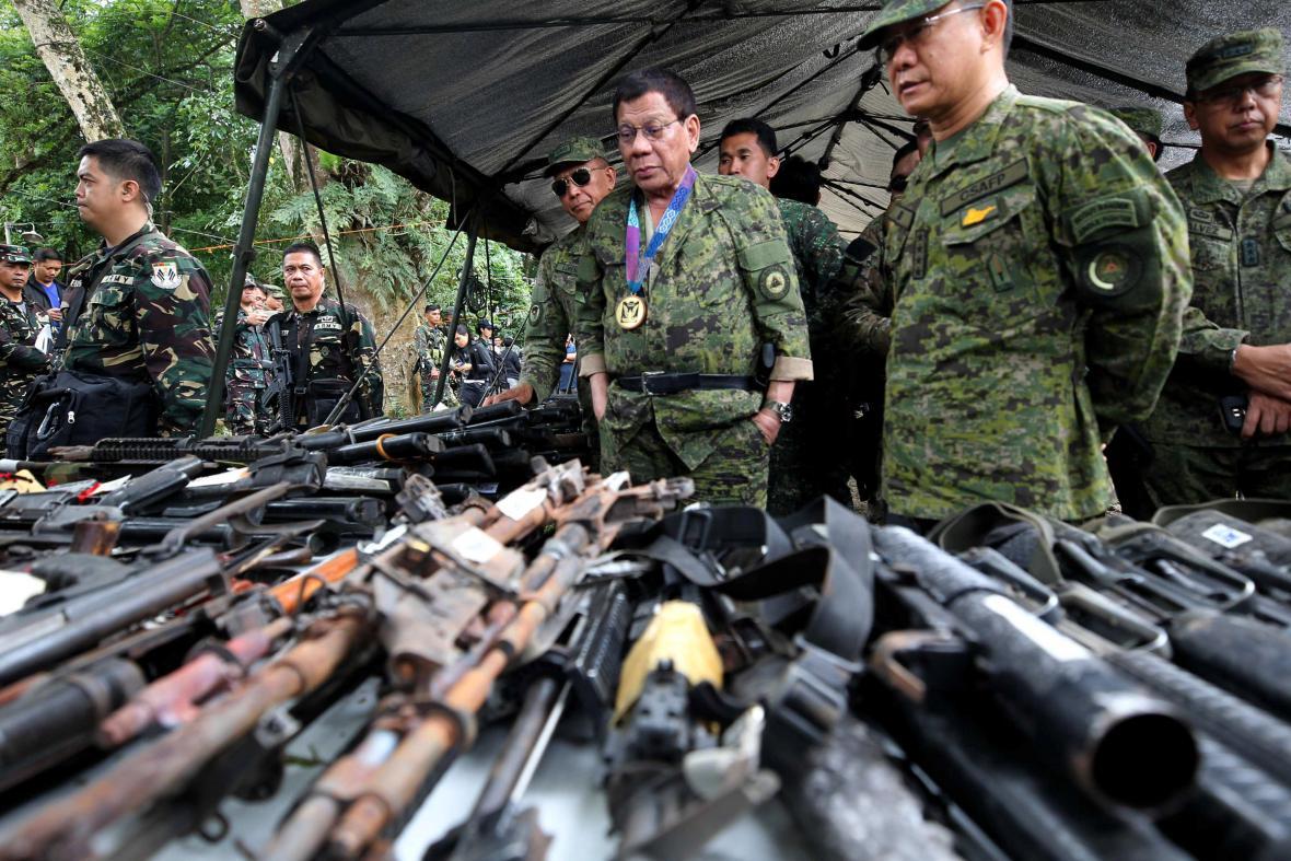 Filipínský prezident zkoumá stav armády