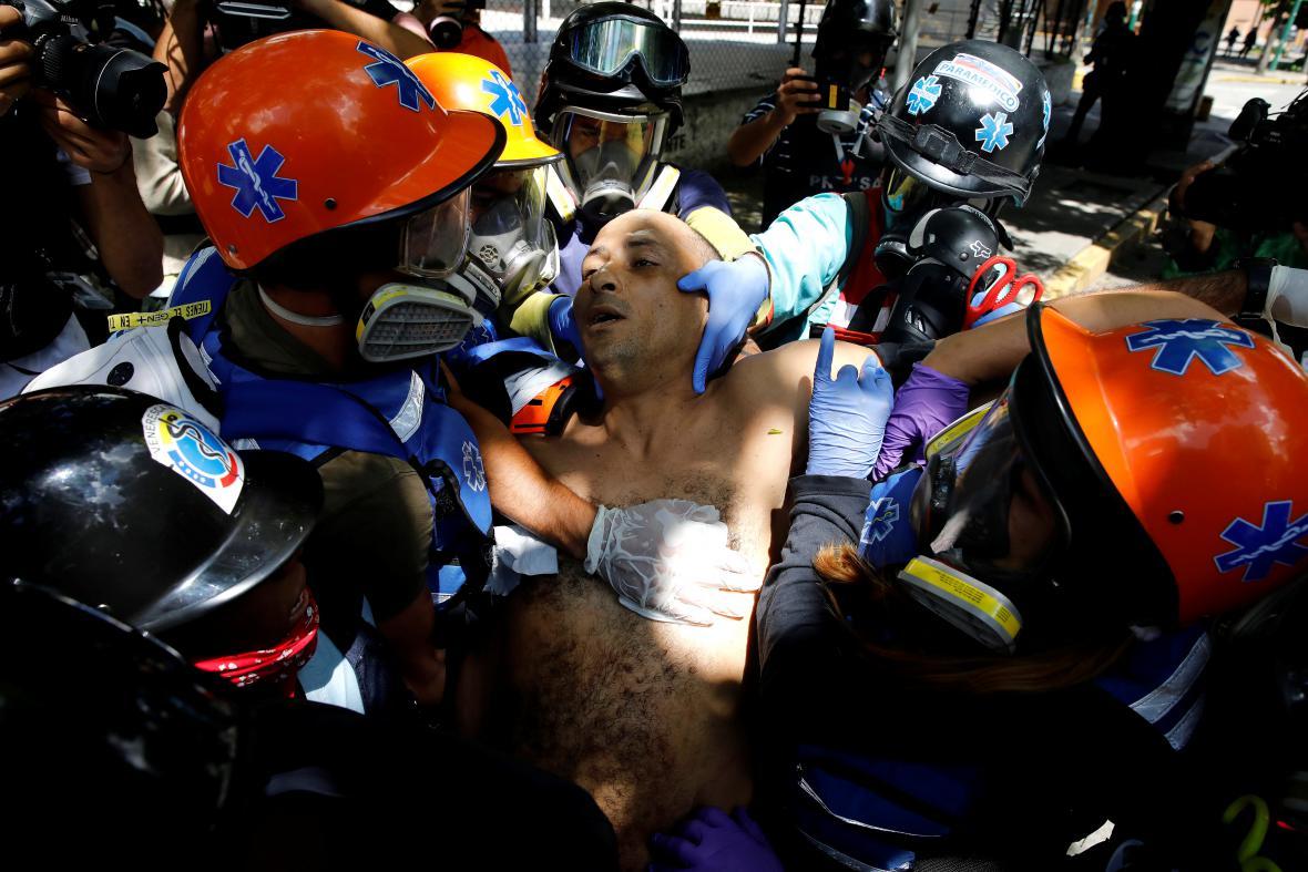 Záchranáři pomáhají zraněnému během generální stávky
