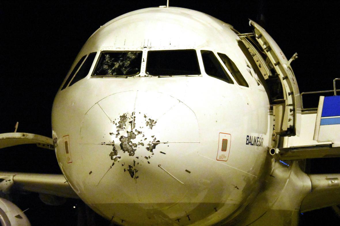 Poničené letadlo krupobitím