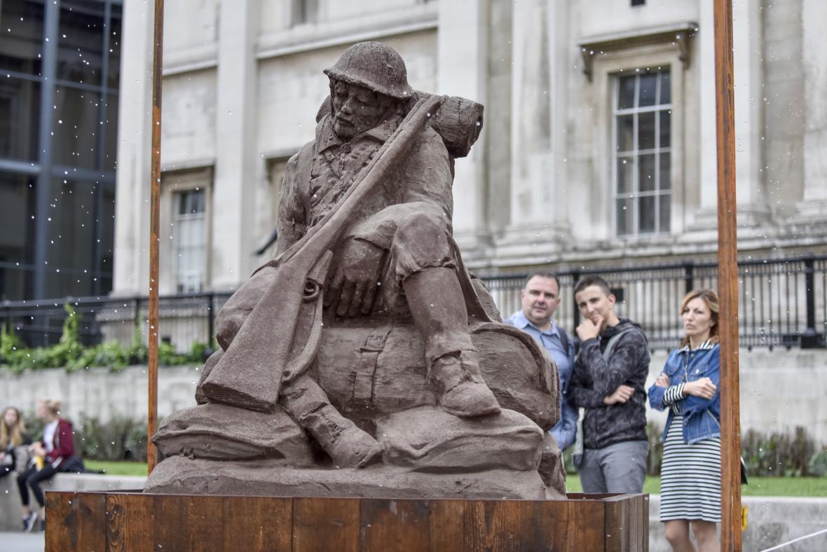 Padlé u Passchendaele připomíná socha vojáka z bláta