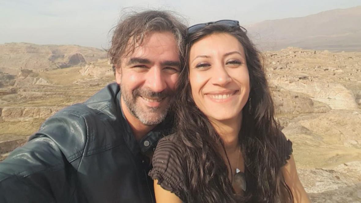 Deniz Yücel se svou ženou Dilek Mayatürkovou