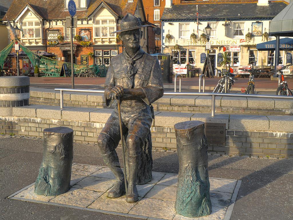 Pomník Roberta Badena Powella v Poole Quay v hrabství Dorset