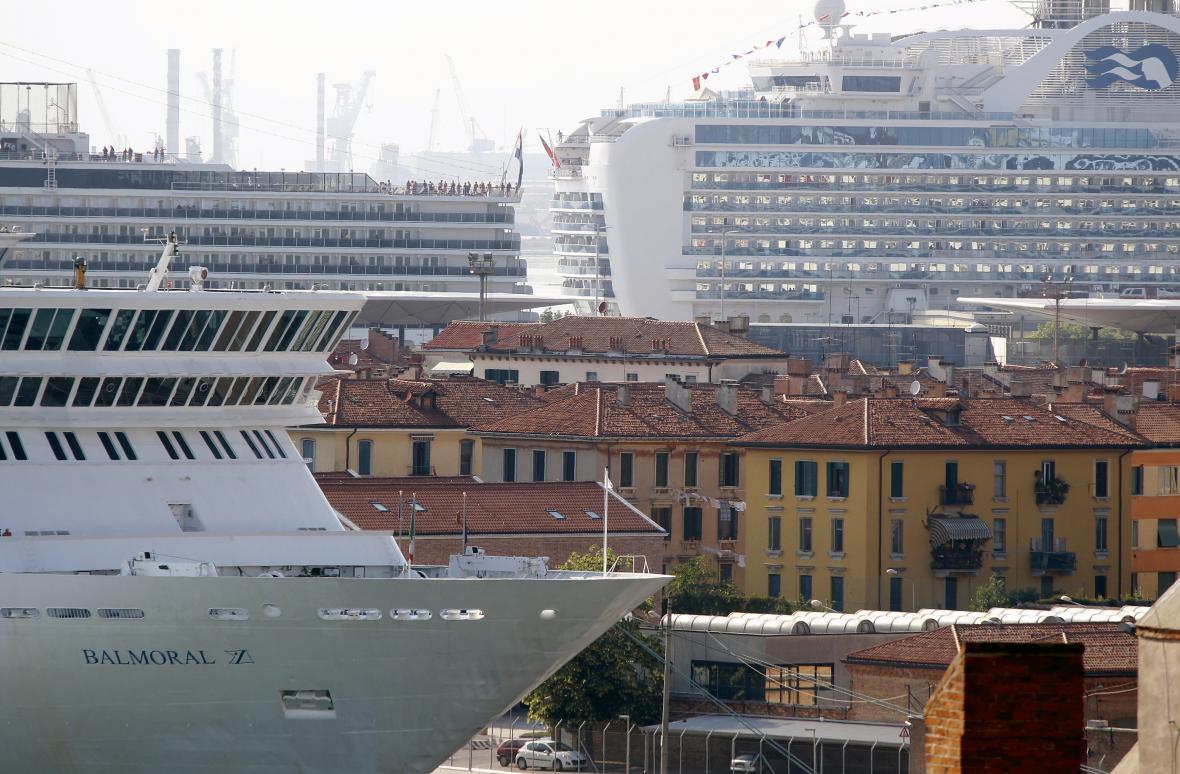 Výletní lodě křižující Benátskou lagunu