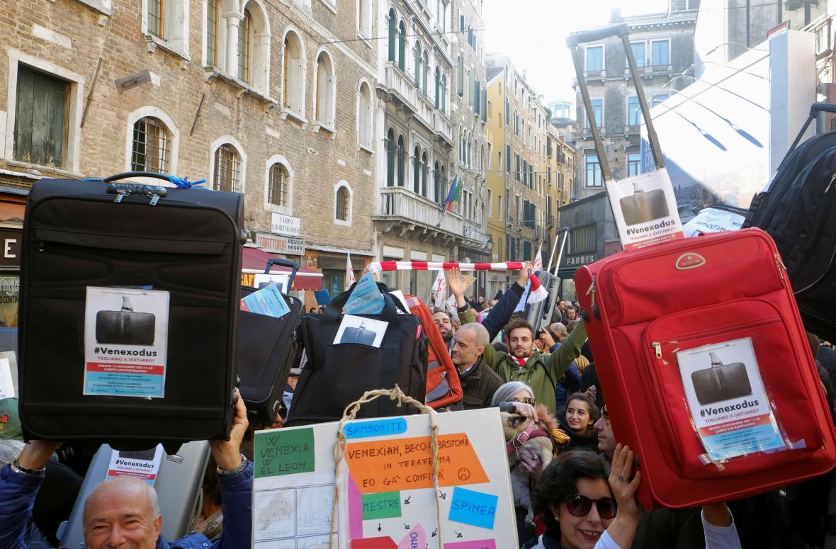 Protestující Benátčané vyzývají úřady, aby mysleli na místní komunitu a omezili turismus