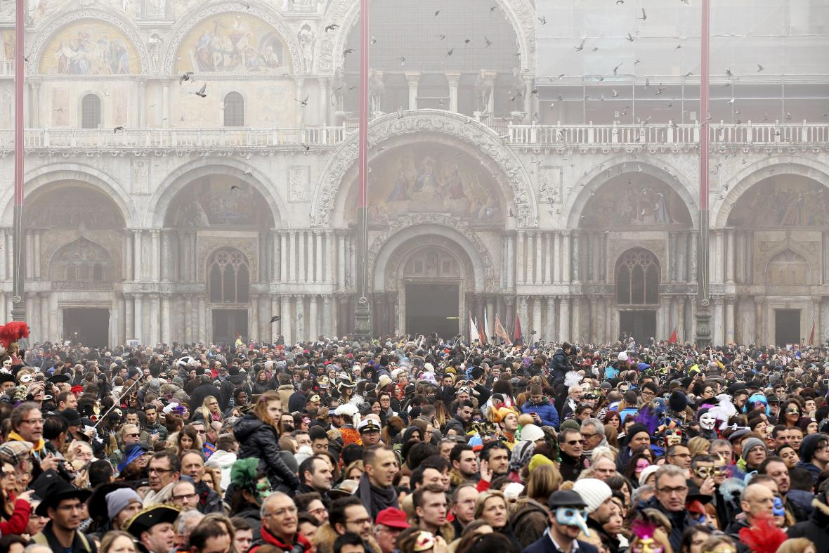 Lidé se sešli na náměstí svatého Marka při oslavách Benátského karnevalu