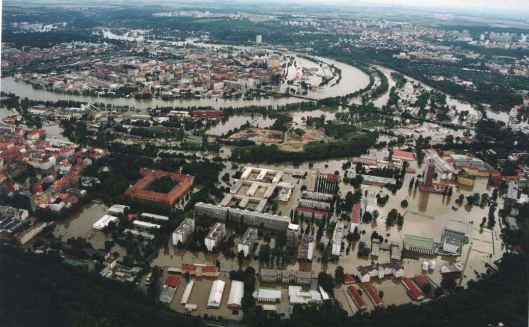 Letecký pohled na zaplavené sídliště Invalidovna v Praze