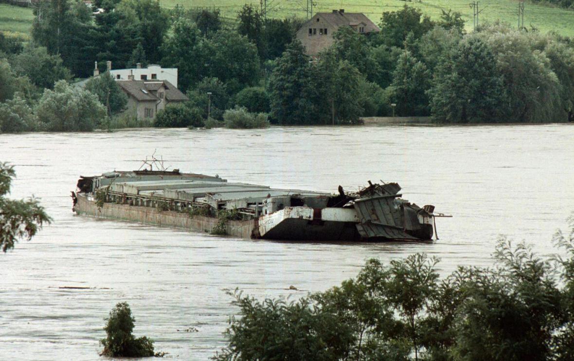 K Děčínu se blíží jedna z nákladních lodí, které se utrhly a vydaly se nekontrolovaně po rozvodněném Labi