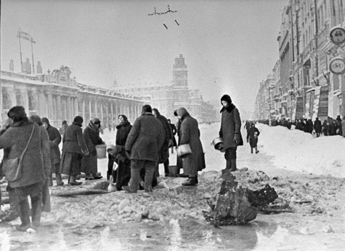 Lidé na Něvském prospektu nabírají během blokády vodu z děr po bombardování