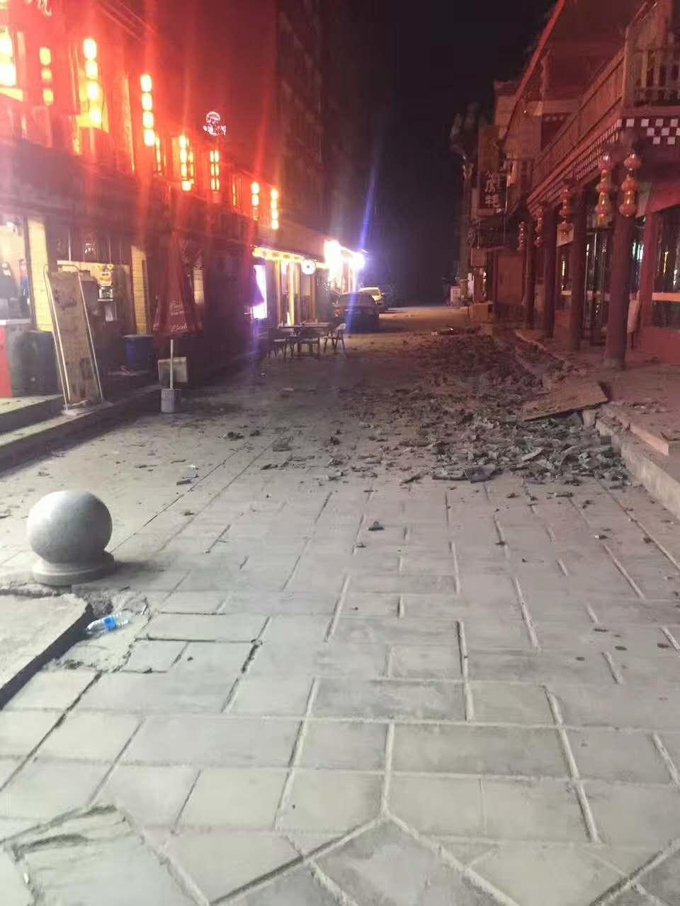 Zemětřesením poničená ulice poblíž turistického centra v provincii S'-čchuan