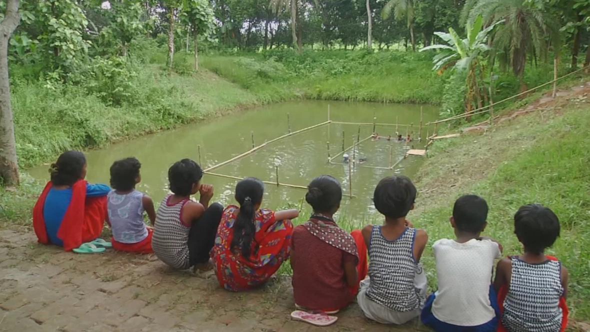 Bangladéšané při kurzu plavání