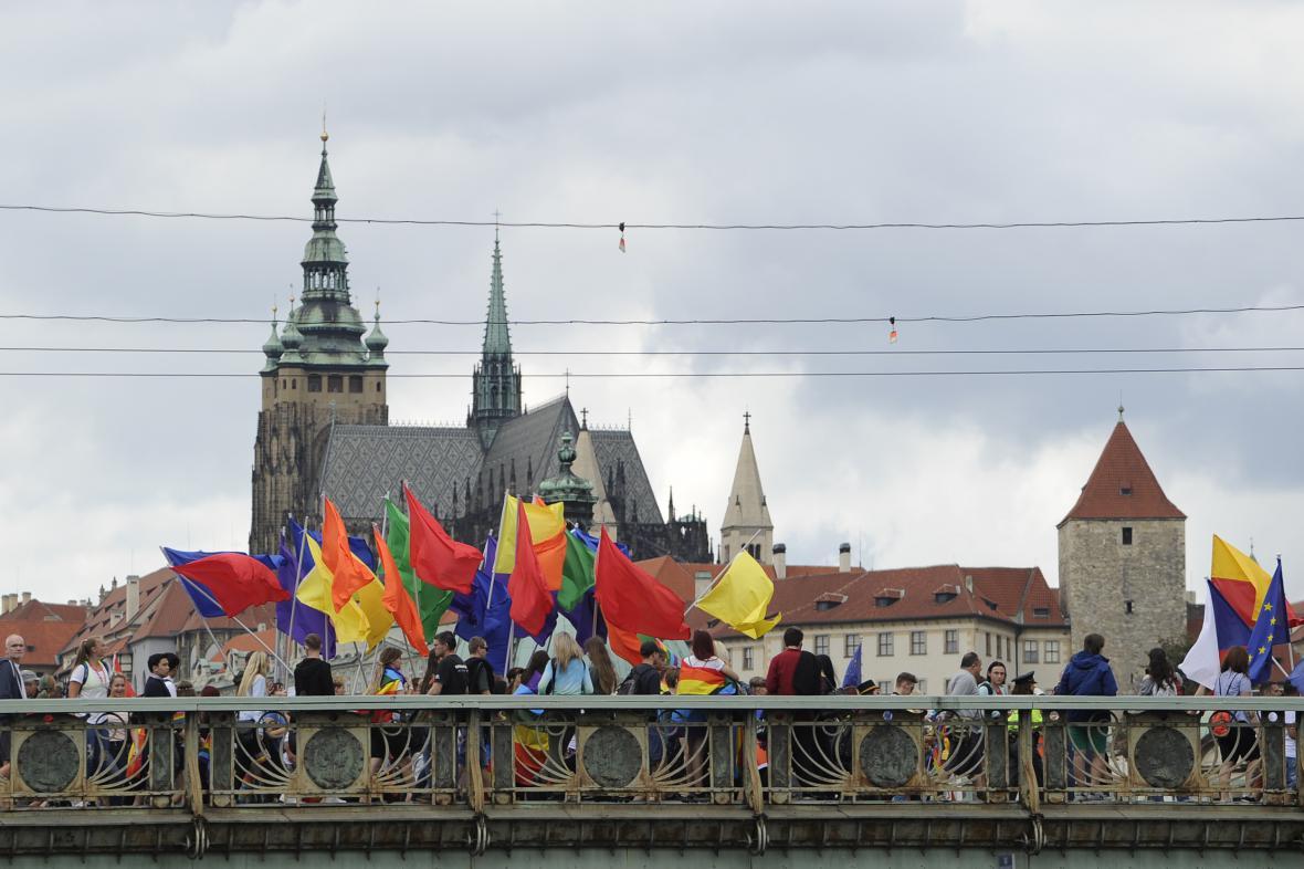Účastníci průvodu hrdosti na Čechově mostě