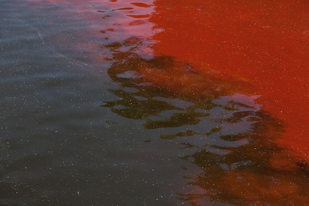 Červená skvrna na Vltavě
