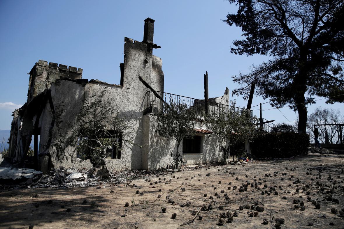 Shořelý dům u obce Kalamos u Atén