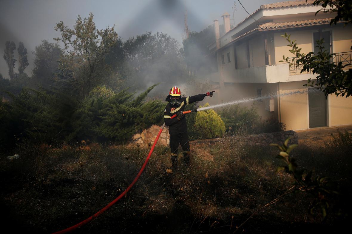 Hasiči bojují s plameny u obce Kapandriti