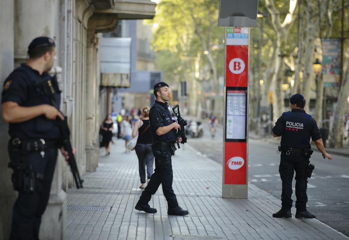 Policisté hlídkující v místech, kde útočili teroristé