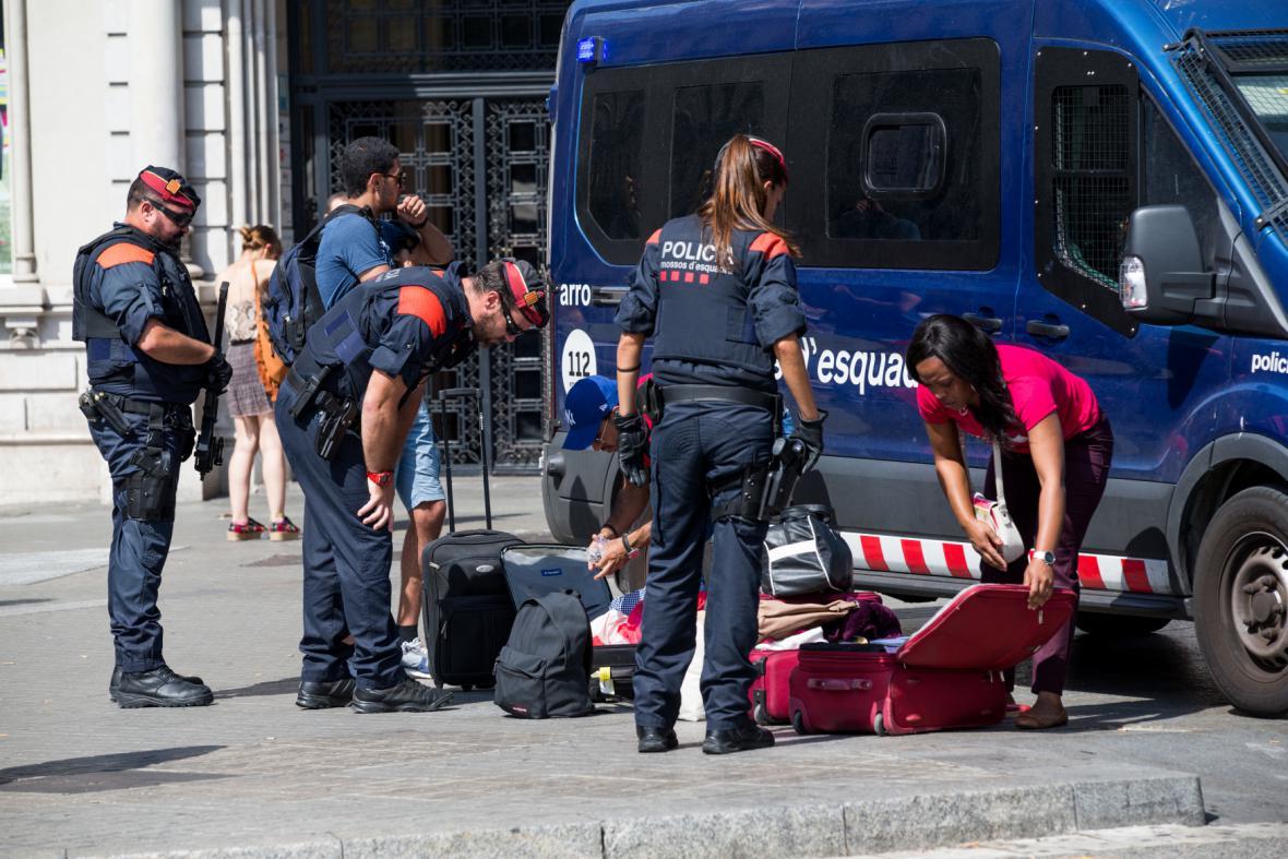 Policisté v oblasti promenády kontrolují větší zavazadla