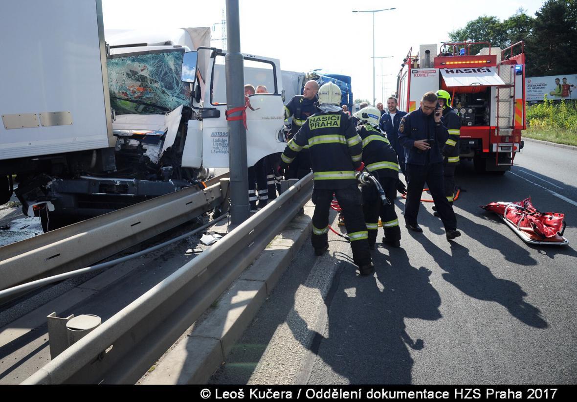 Hromadná dopravní nehoda na Kbelské v Letňanech