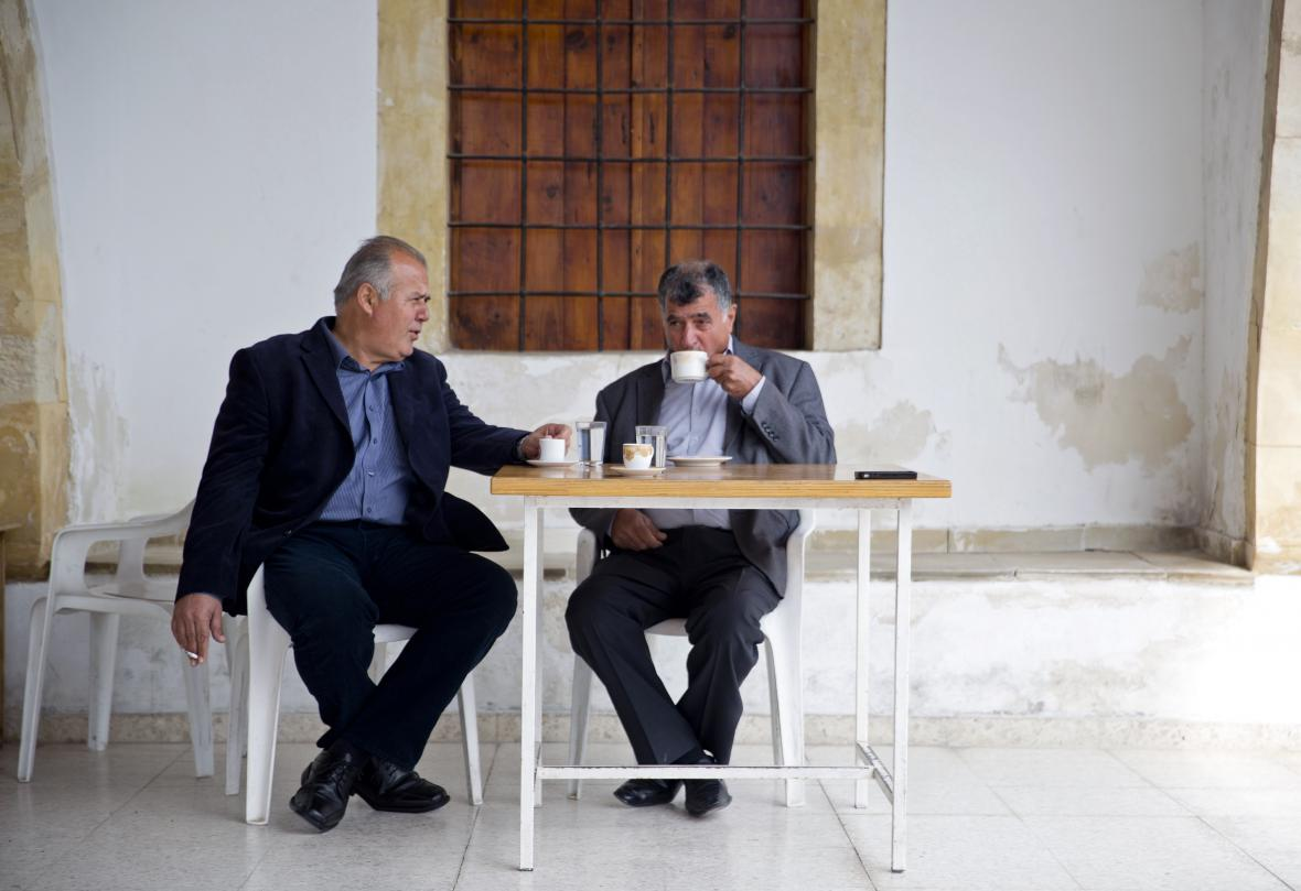 Simon Mytides (vlevo) a Nejdet Enver v turecké arkádové hospůdce