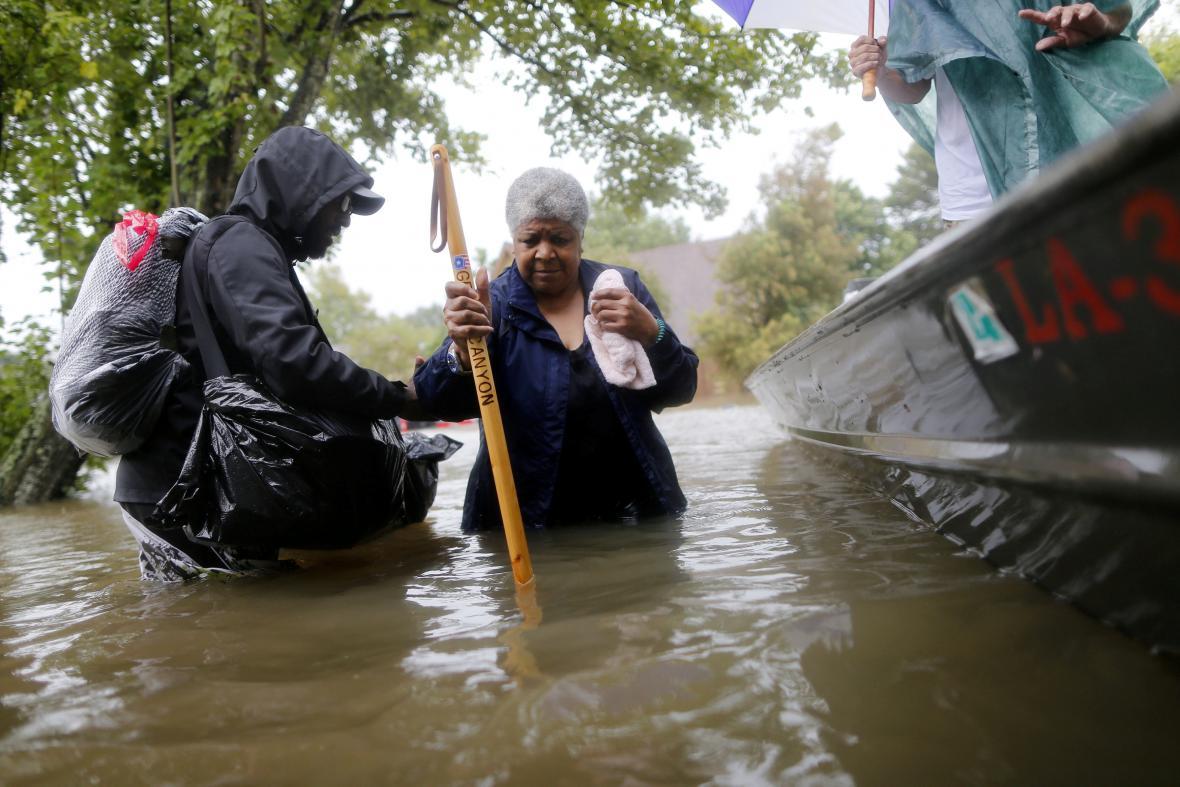 Lidé v zatopené části Houstonu