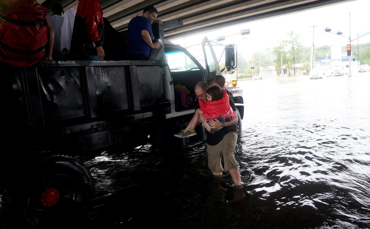 Záchrana lidí z texaského Dickinsonu