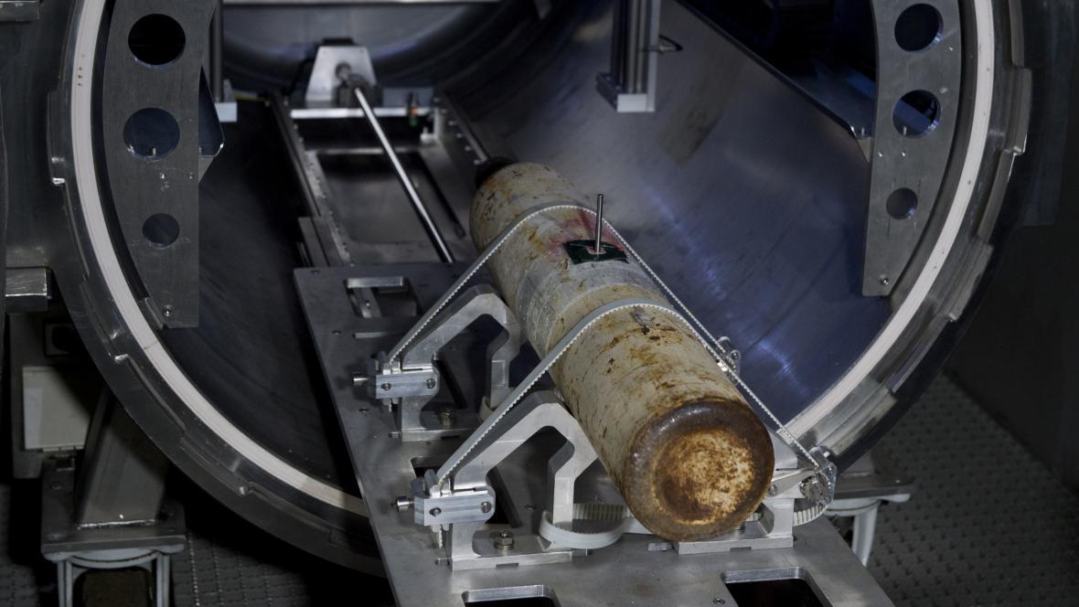 Vzorek umístěný v tlakové lahvi na kontrole ve speciální laboratoři