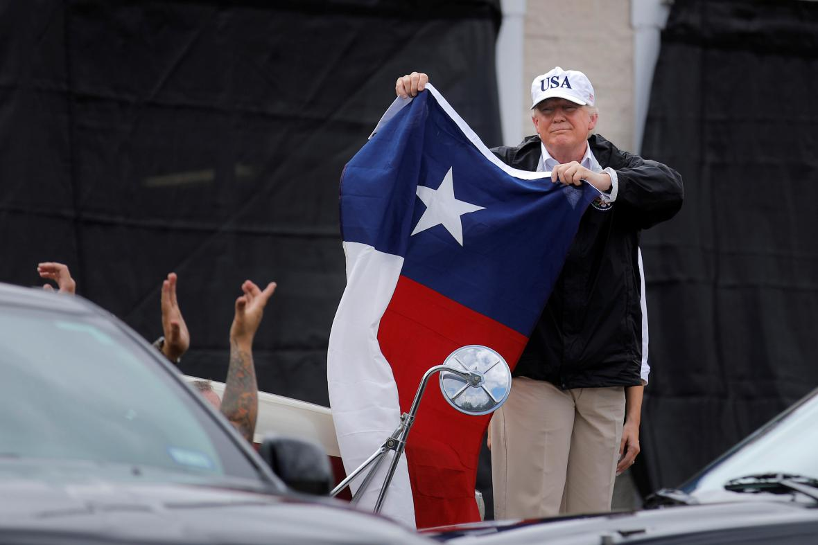 Trump s texaskou vlajkou ve městě Corpus Christi