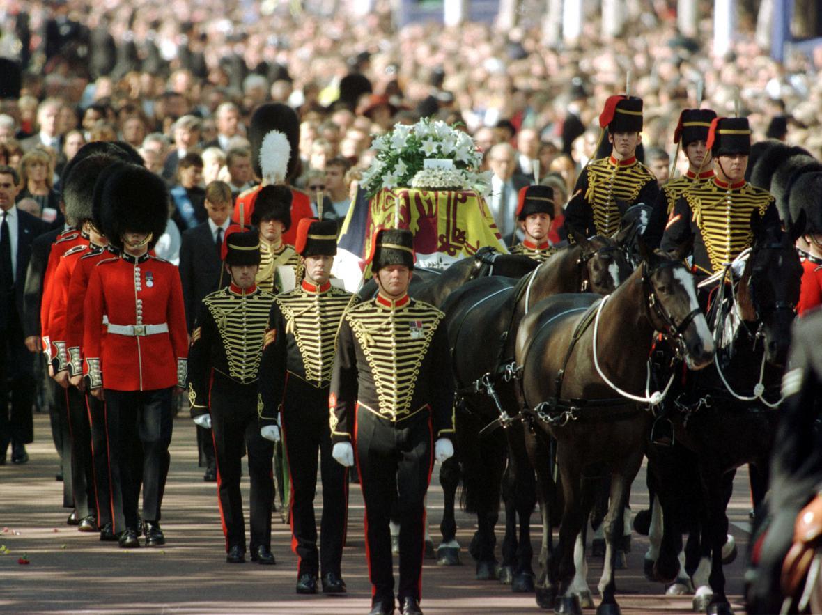 Poslední rozloučení s Dianou - stovky tisíc lidí v ulicích Londýna, dvě a půl miliardy u televizních obrazovek