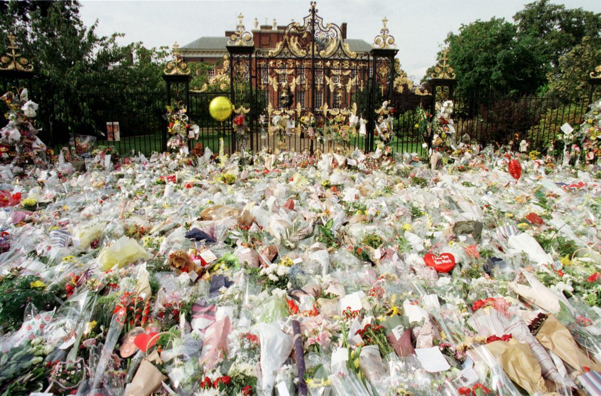 Záplava květin před Kensigtonským palácem, kde Diana se syny žila (1. září 1997)