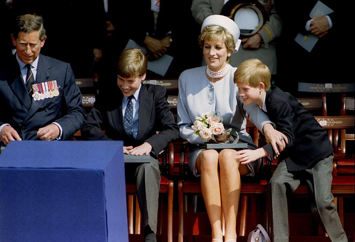 Charles a Diana při oslavách konce druhé světové války (1995)