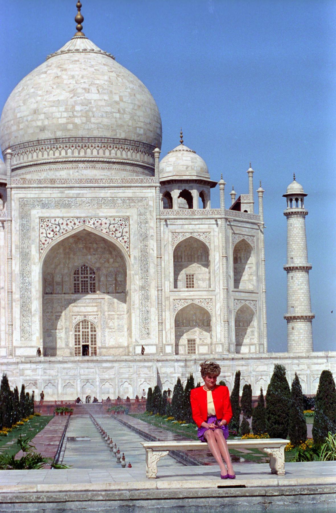 Pózování před památníkem lásky. Diana se během návštěvy Indie v roce 1992 nechala vyfotit před Tádž Mahalem sama