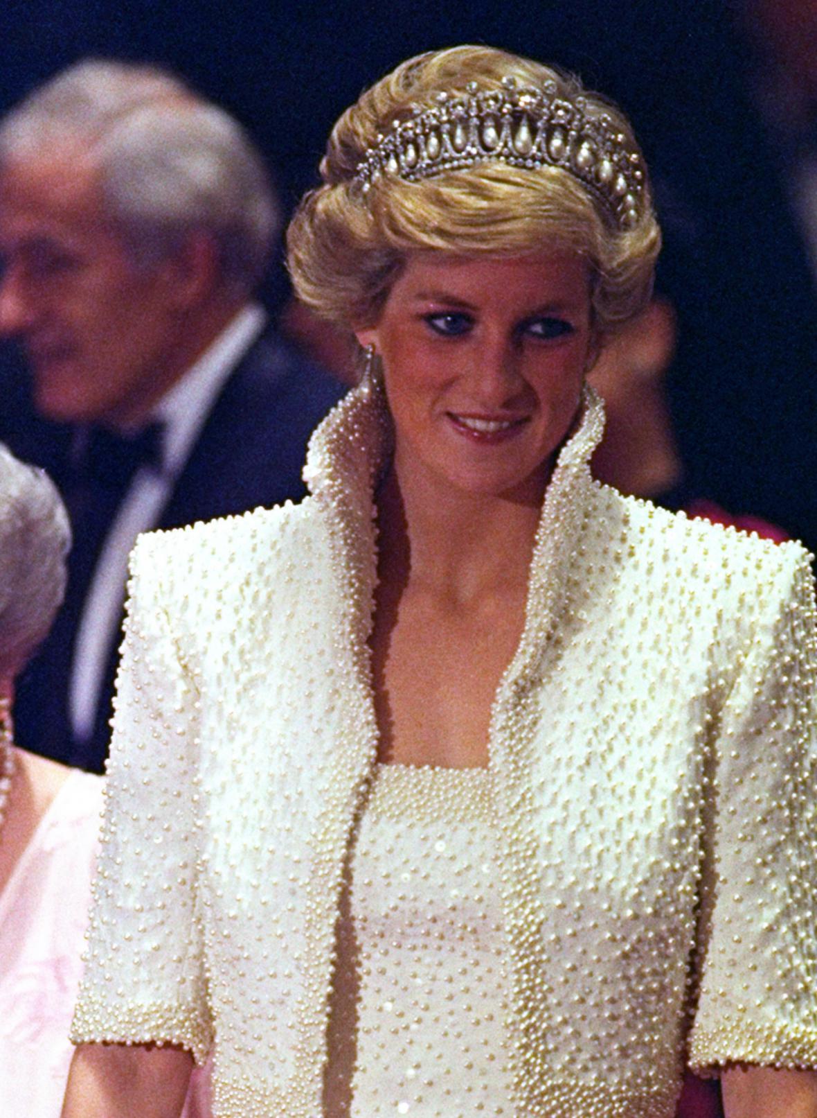 V roce 1989 během návštěvy Hongkongu uchvátila Diana šaty posetými perlami