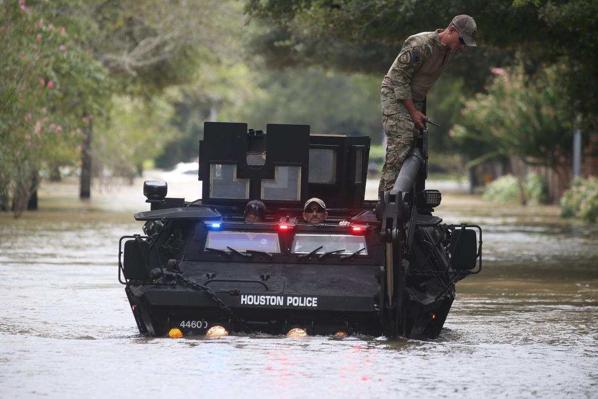Policie v zaplavených ulicích Houstonu