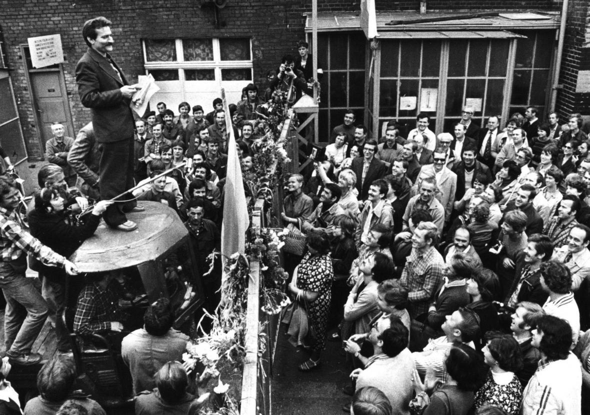Walesa hovoří k dělníkům během stávky v Gdaňsku (1980)