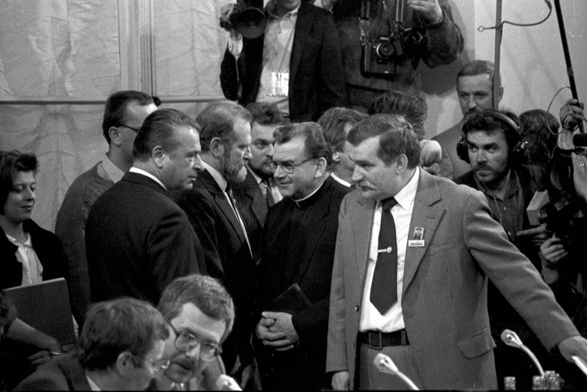 Lech Walesa s ministrem vnitra Czeslawen Kiszczakem během jednání u kulatého stolu
