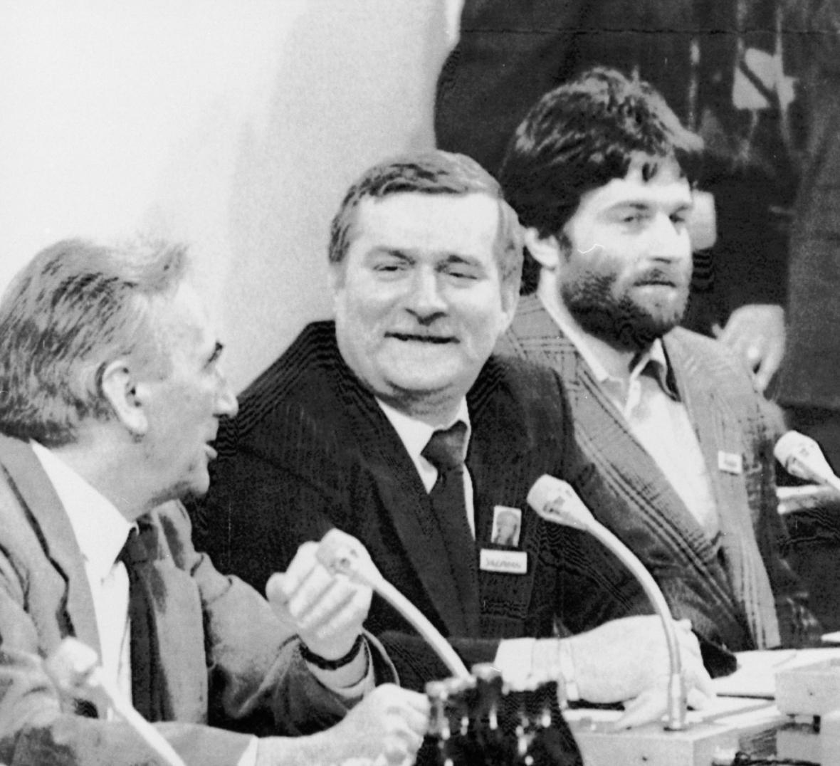 Walesa během rozhovorů s komunistickou mocí. Vedle Tadeusz Mnzowiecki a Wledystow Branyňuk