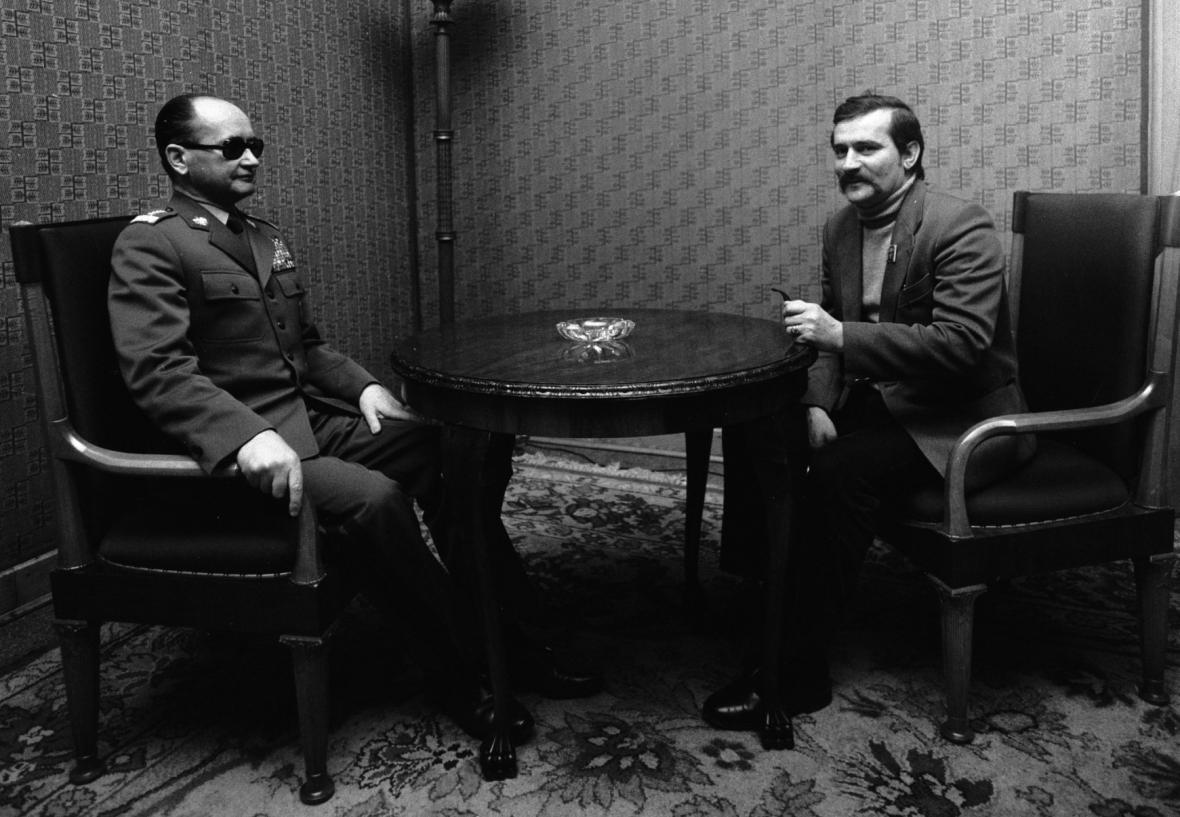 Walesa při jednání s premiérem Jaruzelským