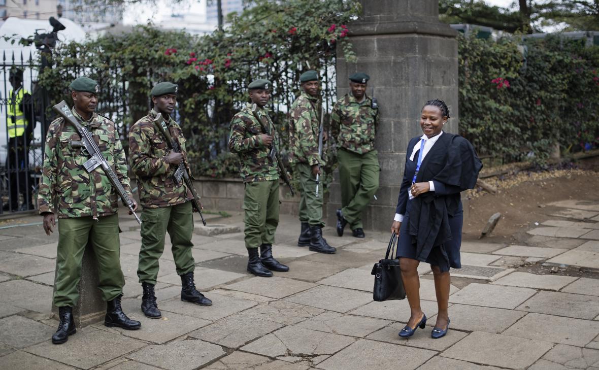 Během vynášení verdiktu střeží budovu keňského nejvyššího soudu vojáci