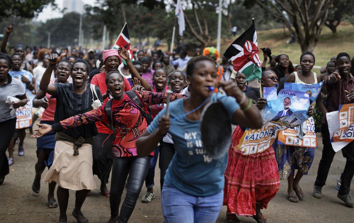 Odingovi příznivci slaví v ulicích Nairobi zneplatnění prezidentských voleb